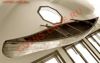 Прямо под восьмиугольным окошком, изображенным на предыдущей фото, как часть интерьера, висит старинное каноэ: - каноэ 1