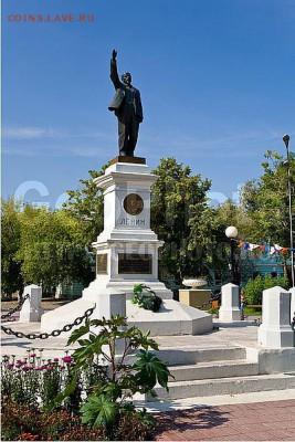 (между прочим, один из первых памятников Ленину в мире, поставлен в Оренбурге в 1925 году) - Л