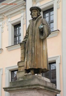 Христианство на монетах и жетонах - Памятник Меланхтону у его школы (Нюрнберг)