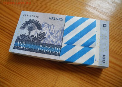Мадагаскар 100 ариари 2004 год. UNC. пачка, 100 штук. - Мадагаскар 100