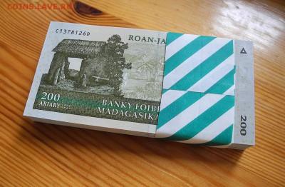 Мадагаскар 200 ариари 2004 год. UNC. пачка, 100 штук. - Мадагаскар 200