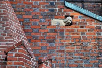Нотгельды. - Каменная голова Генрика на стене собора Святого Иоанна Крестителя