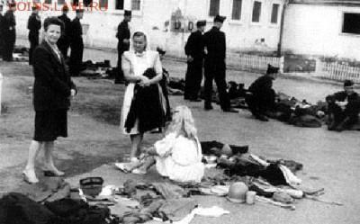 Нотгельды. - Литовские беженцы в немецком лагере (Шайнфельд) подбирают себе одежду из благотворительных поступлений, 1948 г.
